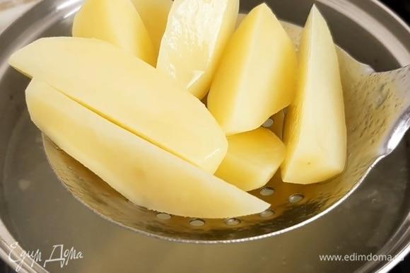 По прошествии 5 минут достаем картофель из воды и даем ему немного остыть.