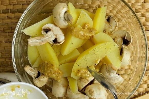Когда картофель немного остынет, солим его и перчим. Добавляем шампиньоны. Добавляем соус и хорошо все вымешиваем.