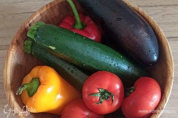 Подготовим овощи и обязательно их помоем! Подготовить отдельно кастрюлю или большую глубокую сковороду, куда мы будем окончательно складывать овощи, после того как их по отдельности обжарим. Для обжарки вам понадобится другая сковорода.
