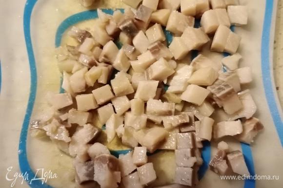 Все очень просто. Сельдь нарезаем средними кубиками. Отварной картофель и свежий огурец (я огурец очищаю от кожуры) нарезаем кубиками размером чуть поменьше селедки. Зеленый лук нарезаем по своему вкусу. Отправляем все ингредиенты в миску.