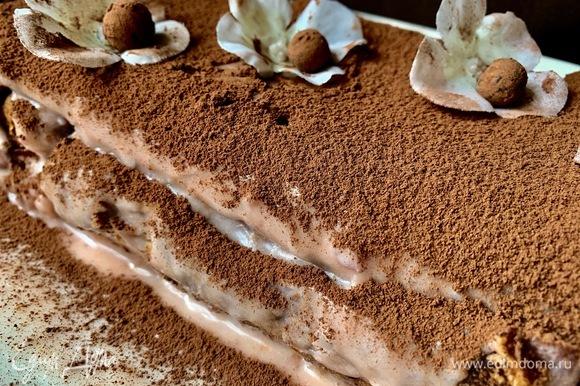 Глазурь напитало какао, и верхушка кекса получилась шоколадно-кремовой.