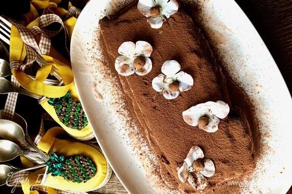 «Продолжительность жизни» кекса очень кратковременна. Если вам удастся сохранить его и поставить в холодильник на пару часов, это будет практически торт, шоколадно-ягодный с ликерной пропиткой. Чем-то похож на брауни по текстуре. В только что испеченном виде кекс нежный и очень мягкий. Можно подавать с ванильным мороженым и чашкой кофе!