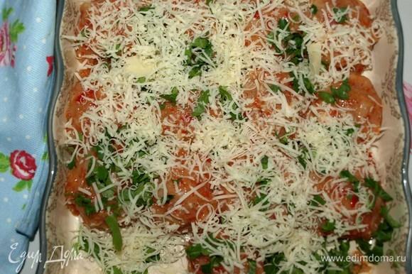 Формируем фрикадельки (при необходимости смочить руки холодной водой). Кладем в форму для запекания. Посыпаем рубленой зеленью петрушки и тертым сыром.
