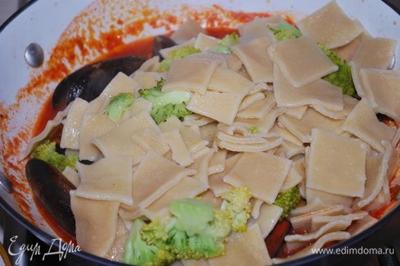 К готовому соусу добавьте пасту с брокколи и свежий базилик.