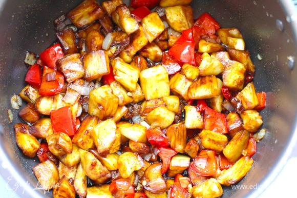 Добавить баклажаны, обжарить их 2–3 минуты, посолить или влить соевый соус.