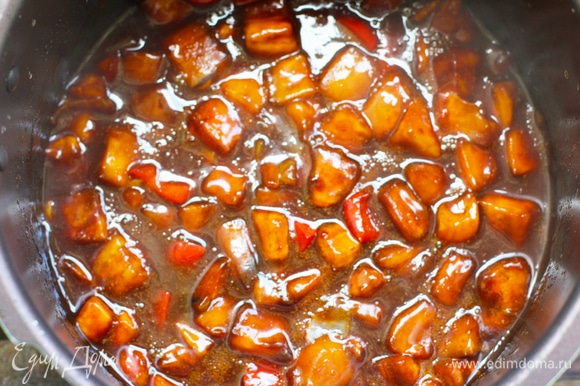 Добавить приправу, перец, влить заливку и крахмальный раствор. Размешать, накрыть крышкой и тушить на маленьком огне 15 минут. Добавить картофель, размешать, закрыть крышкой и тушить до готовности картофеля еще около 15 минут.