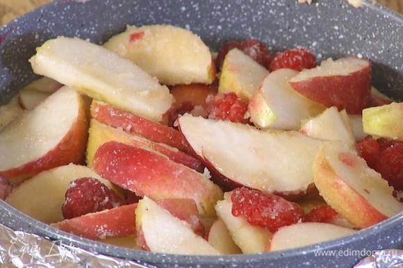 На тесто равномерно выложить слой малинового джема, а сверху яблоки с малиной и сахаром.