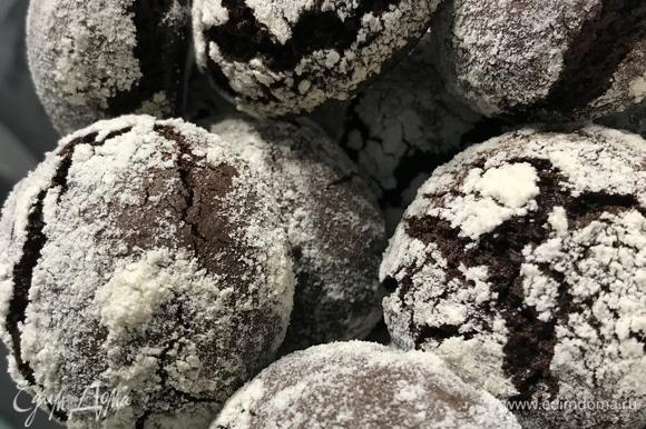 Выпекаем 10–15 минут, в зависимости от духовки. Получаеться очень вкусное печенье, хрустящее снаружи и мягкое внутри.