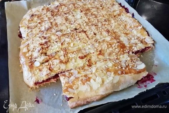 Выпекать в заранее разогретой до 200°C духовке около 25–30 минут. После половины времени следите, чтобы пирог не пригорал, по необходимости прикройте листом пергамента.