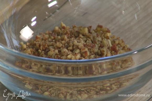 Орехи пекан измельчить так, чтобы остались небольшие кусочки, перемешать с 2 ст. ложками растопленного масла и 2 ст. ложками сахара, затем выложить на курагу.