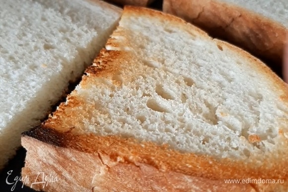 Нарезаем ваш любимый хлеб и подрумяниваем его на сухой сковороде или в тостере. Натираем щедро чесноком.