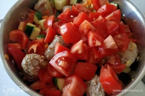 Туда же отправить помидоры. Накрыть крышкой и тушить 10–15 минут.