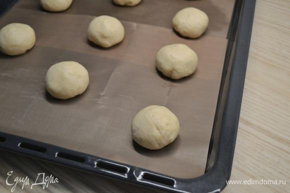 Тесто разделить на кусочки по 45–50 г, из каждого кусочка сформировать шарик. Накрыть полотенцем и убрать в теплое место на 30 минут.