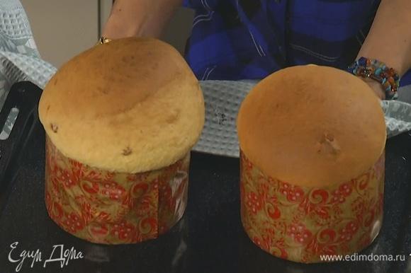 Как только тесто подойдет к верхнему краю формы, поставить в разогретую духовку и выпекать 45–50 минут.