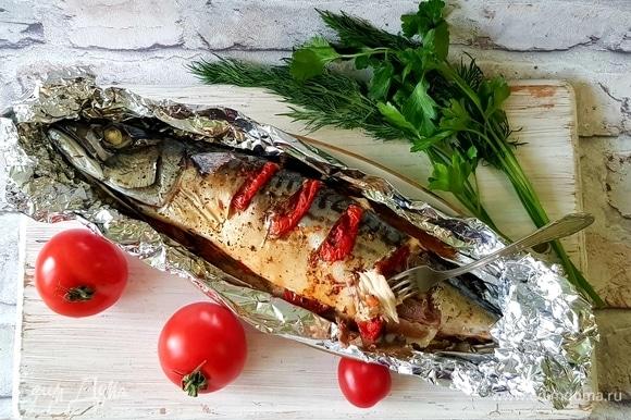 Подаем рыбку с овощами и зеленью. Приятного аппетита!