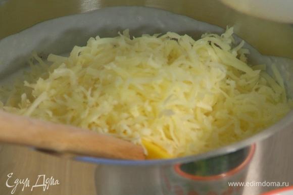 Приготовить соус бешамель: в сотейнике растопить сливочное масло, всыпать муку и несколько минут вымешивать лопаткой. Продолжая вымешивать, тонкой струйкой влить теплое молоко, затем добавить мускатный орех, 200 г натертого сыра и еще немного вымешать.