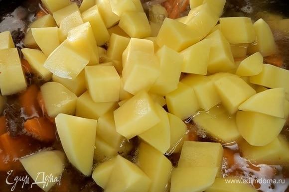 Картофель нарезаем кубиками и добавляем в сковороду. Горячую воду наливаем так, чтобы она скрывала овощи, и даем покипеть минут 10.