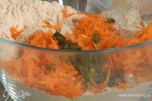 В глубокой миске соединить всю муку, разрыхлитель, соду и соль, затем добавить натертую морковь, перец халапеньо, шалот и шпинат, все перемешать.