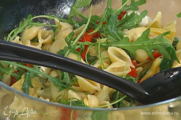 В глубокую миску выложить готовые макароны, добавить нарезанный перец, артишоки, цедру и сок лимона, моцареллу и руколу, заправить все оливковым маслом и перемешать.