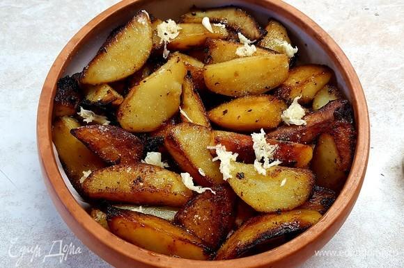 На индейку выложить картофель и тоже посыпать чесноком и специями с солью.