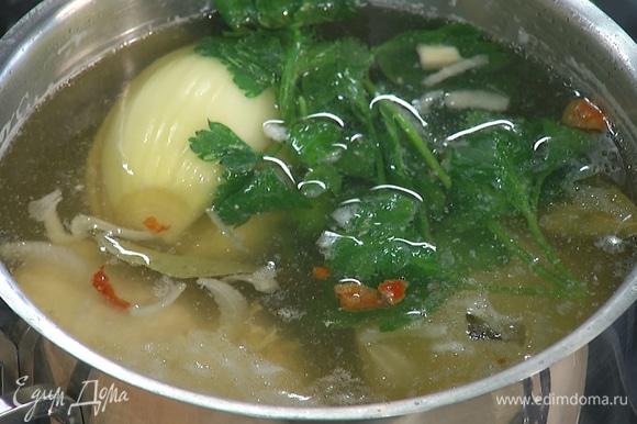 Бульон разогреть, выложить в него куриную грудку, добавить лук, петрушку и варить около 15 минут до готовности курицы.