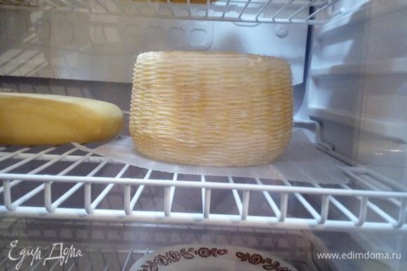 После посолки промокните влагу с сыра бумажным полотенцем, после чего поместите сыр в контейнер (на дно контейнера положить дренажную решетку и дренажную сетку) или специальный холодильник для созревания с температурой 12–15°C и влажностью 85–90%. У меня специальный холодильник для вина. Он с вентилятором и нужной температурой для сыров. Влажность я поддерживаю с помощью контейнера с водой.