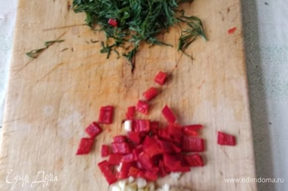В сезон берем свежие помидоры, я же сейчас взяла резаные из банки. Свежие мелко режем. Также мелко шинкуем чеснок и зелень. Я еще добавила половинку перца чили. Но этого в оригинальном рецепте нет. Все добавляем в кастрюлю с индейкой. Я всегда добавляю в азу томатную пасту. Поэтому добавила и сейчас. Я сбалансировала кислоту коричневым сахаром. Буквально одна чайная ложка. Но это тоже на ваш вкус. Теперь можно посолить и поперчить. Если, на ваш взгляд, недостаточно жидкости, можно влить горячую воду. Я добавила примерно полстакана. Закрываем крышкой и оставляем томиться на медленном огне до готовности мяса.