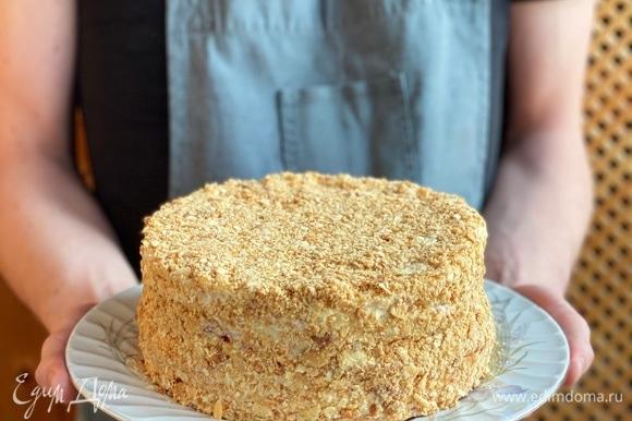 Чередуя коржи с кремом и джемом, собрать торт. Бока смазать оставшимся кремом и посыпать крошкой. Охладить в холодильнике. Приятного аппетита!