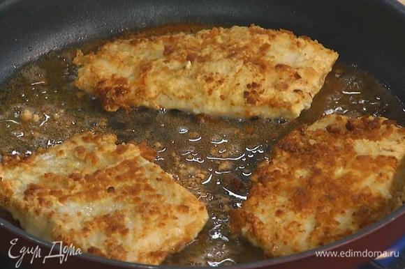 Разогреть в большой сковороде растительное масло и обжарить рыбу с двух сторон до готовности.