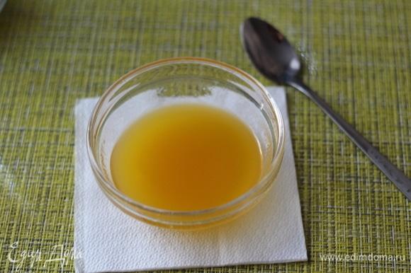 Делаем заправку. Просто смешиваем оливковое масло, соль, сок лимона (цедру предварительно снять, она нам понадобится) и мед. С кускуса сливаем лишнюю жидкость и теплым перемешиваем его с заправкой, даем постоять минут 5. Здесь можно попробовать и добавить соль, лимонный сок по вашему вкусу.