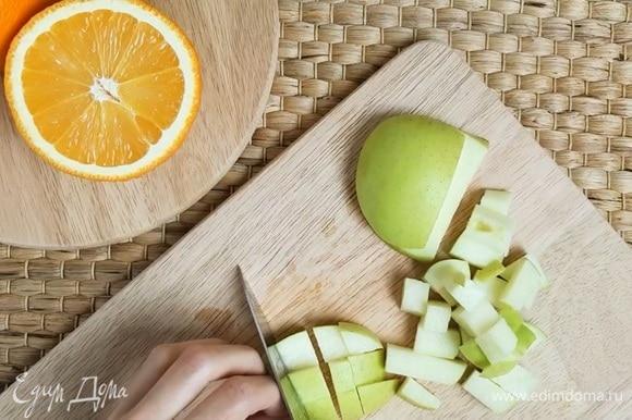 Кисло-сладкое яблоко нарезаем мелким кубиком.
