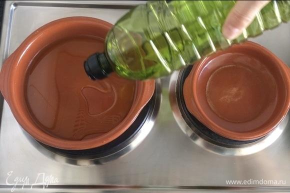 Ставим нашу посудину на разогрев, наливаем оливковое масло. Ждем, пока оно хорошенько разогреется. Затем убавляем огонь до среднего.