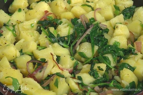 Добавить в сковороду отваренный картофель, слегка посолить, поперчить и перемешать.