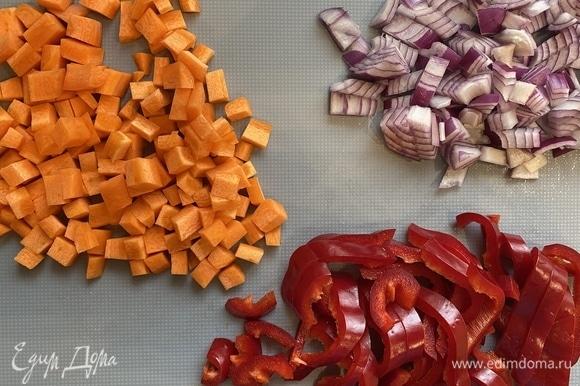 На второй сковороде обжариваем лук и морковь до золотистого цвета, добавляем томатную пасту и 3 чайных ложки сахара. Тушим 4 минуты.