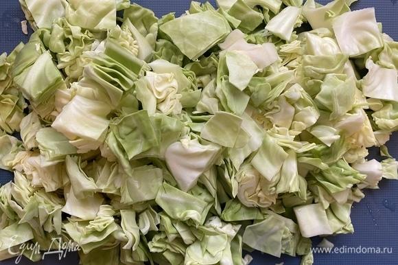 В кастрюлю с толстым дном наливаем немножко оливкового масл , выкладываем капусту, добавляем курицу и потушенные с томатной пастой лук и морковь.