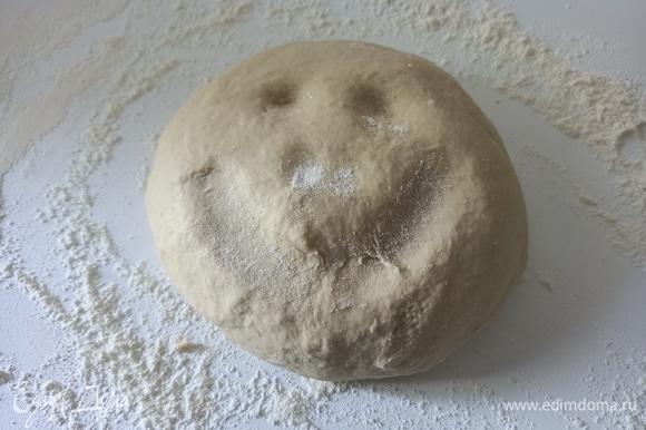 Добавить соль, замесить тесто.