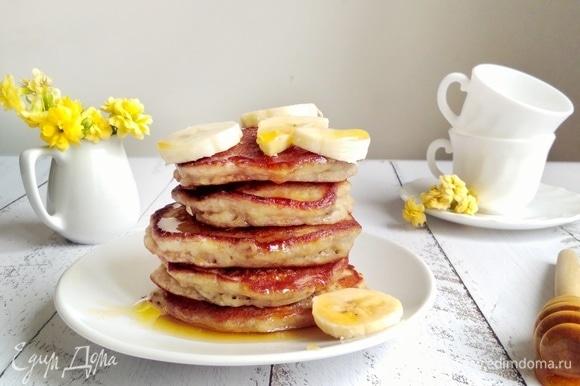 Подавать с кусочками банана и щедро полить медом.