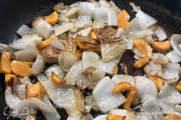 На оливковом масле обжариваем крупно нарезанные морковь и лук.
