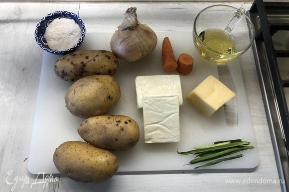Подготовим ингредиенты. У меня были готовы куриный бульон и сухарики.