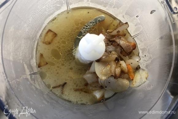 Отправляем пробиваться морковь с луком, картофель, добавляем небольшую часть бульона. В кастрюлю отправляем плавленый сыр и полученное овощное пюре, доводим до кипения, выключаем.