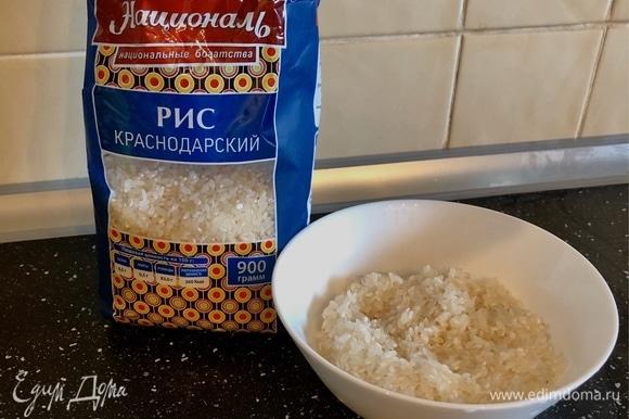 После закипания овощей добавить в кастрюлю рис, щепотку куркумы, перец горошком, растительное масло.