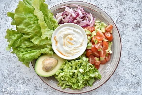 В качестве свежего наполнения для тако подготовить овощи. Нарезать листья салата. Томаты черри смешать с авокадо и сбрызнуть соком лайма, посолить приправить перцем чили по вкусу. Красный лук замариновать в смеси винного уксуса. Для смягчения остроты начинки смешать натуральный йогурт с паприкой и несколькими каплями табаско.