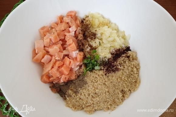 Соединим все ингредиенты, добавив базилик и специи. Лук в начинку добавляем вместе с маслом, в котором он томился. Перемешаем.