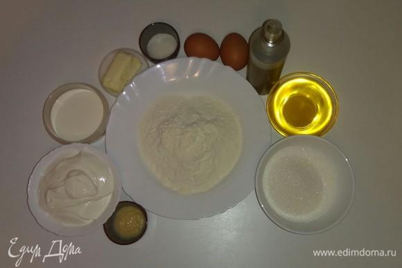 Вот все ингредиенты, которые понадобятся для приготовления торта. До начала приготовления крема сметану и сливки нужно поставить в холодильник, т. к. они должны быть хорошо охлажденными. Я использовала для приготовления торта цветочный мед.