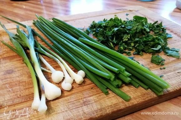Для ароматного масла подойдет любая свежая зелень: зеленый лук, чеснок, шпинат, петрушка, укроп, базилик, черемша. У меня шнитт-лук, молодой чеснок и петрушка. Зелень следует мелко порубить.