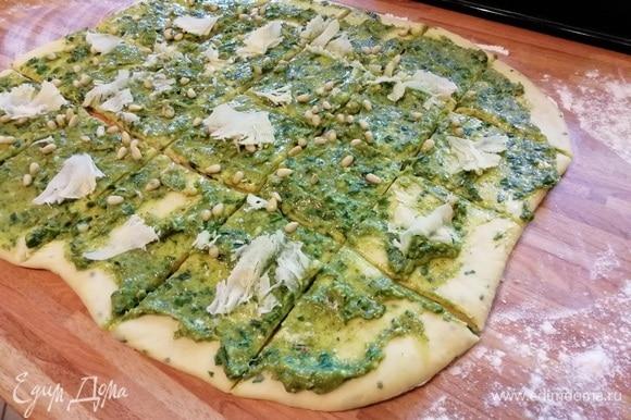 Посыпать орешками и тертым сыром. Сыр подойдет любой, в том числе и фета. Разрезать острым ножом на крупные квадраты.