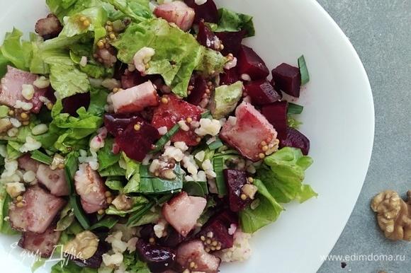 В сковороде разогреть масло и подрумянить грудинку. Выложить в салат и перемешать. Украсить зеленым луком и орешками.