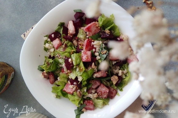 Заправить салат и подавать к столу.