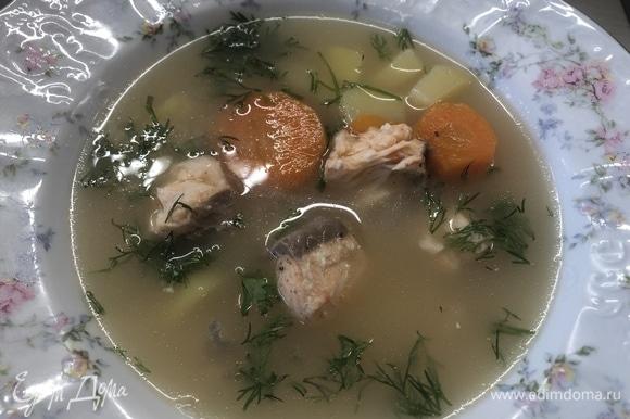 Разбираем рыбу, добавляем порционно, украшаем петрушкой. Приятного аппетита.