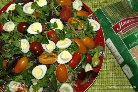 Далее выкладываем подготовленные помидоры черри, перепелиные яйца, добавляем немного рубленой петрушки. Соль и перец — по вкусу.